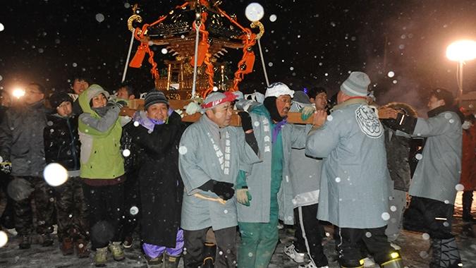 雪中年越し神輿